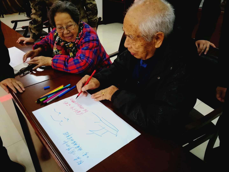 第四组陈志山老首长在画上写字。鲁世联摄.jpg
